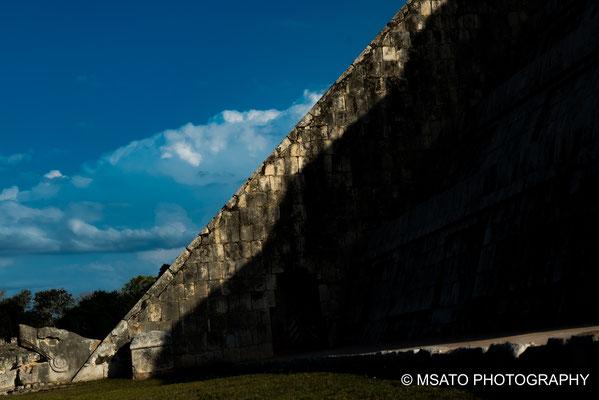 MÉXICO - Chichén Itzá. Aparecimento da serpente emplumada no equinócio, formada pala sombra na escadaria da pirâmide.
