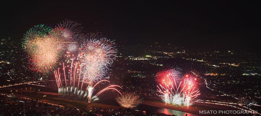23 - Província de GIFU. Festival de hanabi no rio Nagara. Magnífico festival de fogos de artifício que acontece anualmente no rio Nagara na cidade de Gifu.