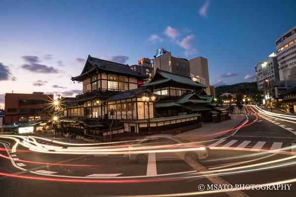 38 - Província de EHIME. Termas de Dogo. Localizada na cidade de Matsuyama, é uma das mais antigas água termais do Japão e sua atração principal é a edificação central construída em madeira em 1894.