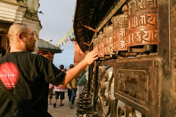 NEPAL Girando o maniwa no templo Swayambhnath.