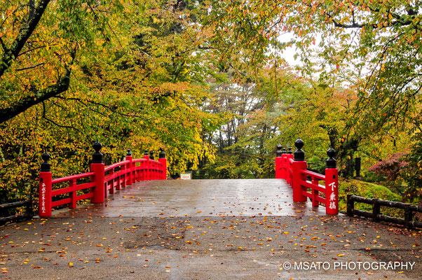 2 - Província de AOMORI. Ponte de acesso ao castelo de Hirosaki. Uma bela ponte vermelha no estilo oriental durante a primavera.