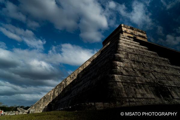 MÉXICO - Chichén Itzá. Aparecimento da serpente emplumada no equinócio, formada pala sombra na escadaria do templo.
