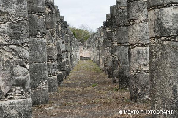 MÉXICO - Chichén Itzá. Colunas no templo dos gurreiros.