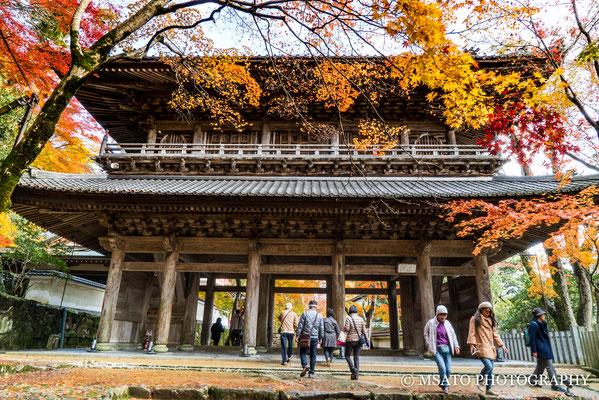 25 - Província de SHIGA. Portão de entrada do templo Eigenji. . O outono neste templo é espetacular, as árvores transformam em um mundo multicolorido.