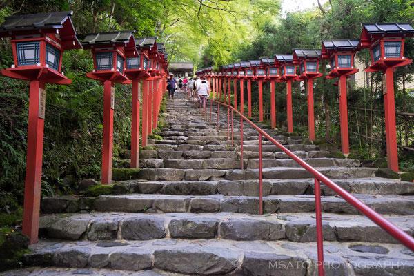 26 - Província de KYOTO. Santuário Kifune. Este santuário localizado nas montanhas ao norte de Kyoto tem na entrada antes do portão principal, uma longa escadaria com dezenas de lanternas vermelhas típicas dos santuários japoneses.