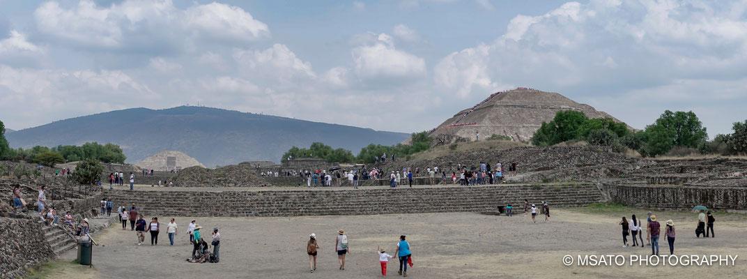 MÉXICO - Teotihuacan, Vista panorâmica das piâmides do sol e da lua.