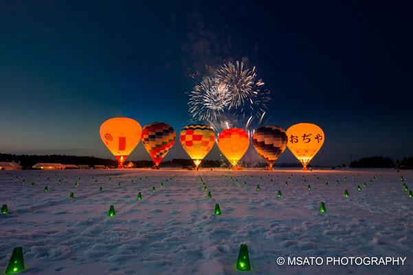 17 - Província de NIIGATA. Ojiya Balloon Festival. Festival de balões de ar quente que acontece no inverno na cidade de Ojiya. O contraste dos balões coloridos com o branco da neve é lindo.