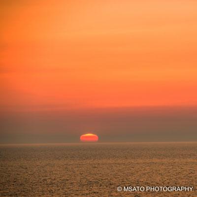 Sol visto em forma de bolacha no mar do Japão, na província de Niigata.