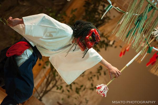 45 - Província de MIYAZAKI. Dança Yokagura - Kagura é uma dança mística, dança dos deuses, aqui em Takachiho esta dança é realizada durante a noite, sendo chamada de Yokagura.