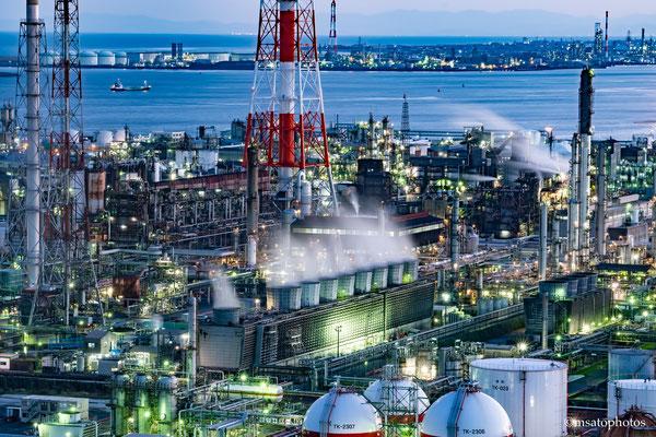 24 - Província de MIE. Vista noturna da refinaria de petróleo da cidade de Yokkaichi.