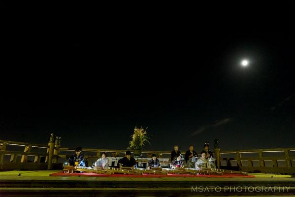 23 - Província de GIFU. Kangetsukai. É um festival cujo objetivo é contemplar a lua cheia de outono e acontece em todo o Japão. Esta foto foi captada em Tsukimi no mori, na cidade de Kaizu.