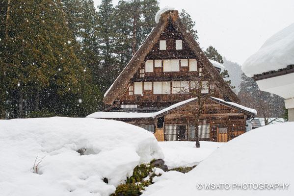 23 - Província de GIFU. Inverno no vilarejo Shirakawago - Perdido nas montanhas entre as províncias de Gifu e Toyama, mantém uma arquitetura medieval, própria para regiões de muita neve, Declarada patrimônio mundial pela UNESCO em 1995.