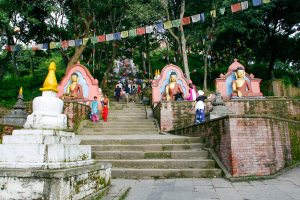 NEPAL Entrada do templo Swayambhnath.