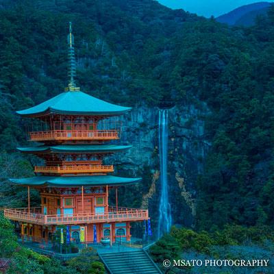 30 - Província de WAKAYAMA. Seigantoji e a cachoeira de Nachi. A pagoda de três telhados e a mais alta cachoeira do Japão com 133m de altura forma um desenho espetacular.