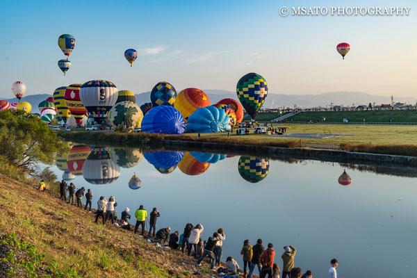 41 - Província de SAGA.  Festival de balões de Saga. Os balões de ar quente não são equipados com volante ou guidão para guiá-los. Os pilotos aquecem o ar ou os extraem para subir ou descer. O deslocamento lateral fica por conta do vento.