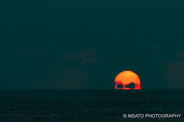 O sol é visto em forma de caveira no litoral pacífico, no sul da província de Mie.