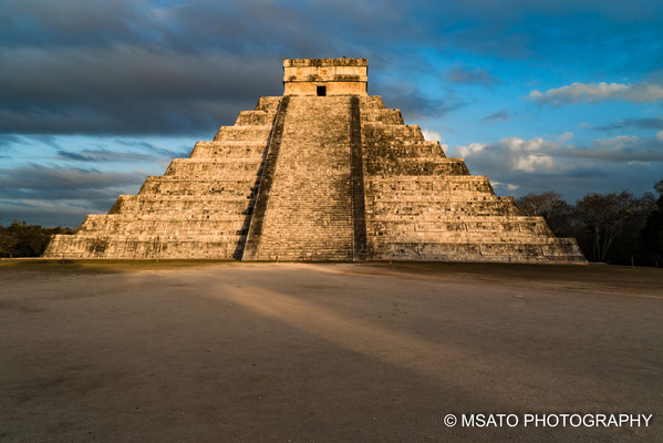 Pirâmide banhado pelos últimos rios solares, ohh! que vista maravilhosa.