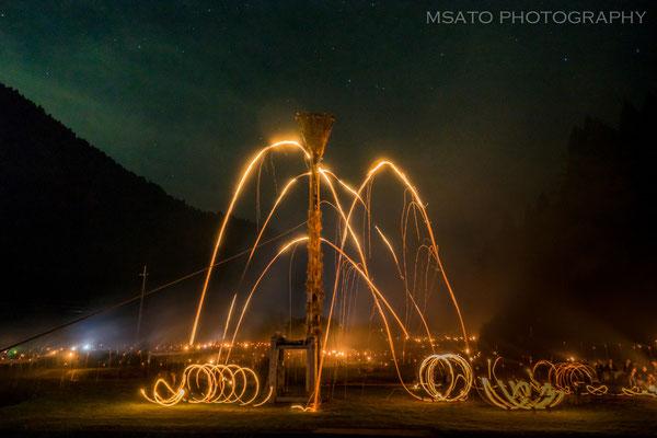26 - Província de KYOTO. Matsuage. É um festival que ocorre nas montanhas ao norte de Kyoto e consiste em lançar tochas para cima, procurando acertar um cesto a 20m de altura.