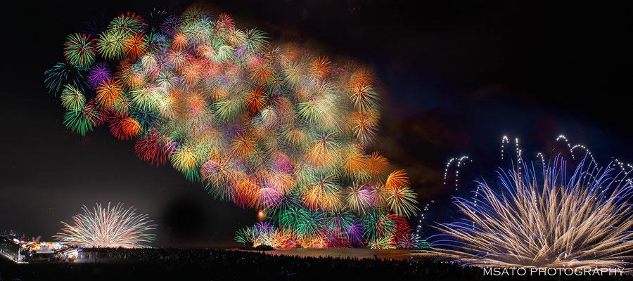 24 - Província de MIE. Festival de hanabi na cidade de  Kumano. Magnífico festival de fogos de artifício que acontece anualmente no oceano Pacífico.