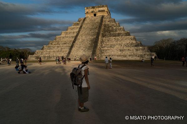 MÉXICO - Chichén Itzá. Vista da pirâmide durante o horário mágico no entardecer.