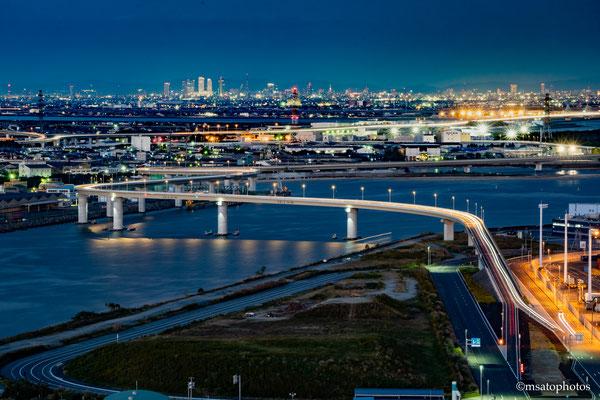 24 - Província de MIE. Inaba Port Line, vista noturna a partir do décimo quarto andar do Port Tower. Recentemente construída na cidade de Yokkaichi, esta ponte tem uma arquitetura singular e dá acesso ao porto da cidade.