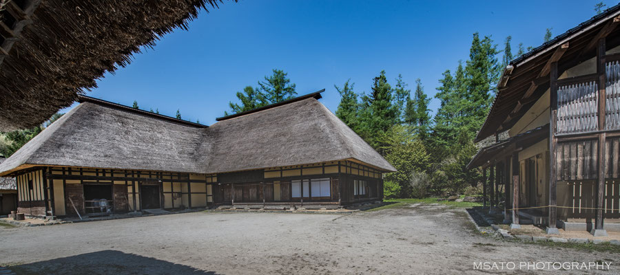"""3 - Província de IWATE. Casa típica na cidade de Tono - A mais nipônica das cidades do Japão, a cidade localiza-se na região central da província onde a incidência de neve é intensa. As casa são em """"L"""" onde os fazendeiros moram juntos com os cavalos."""