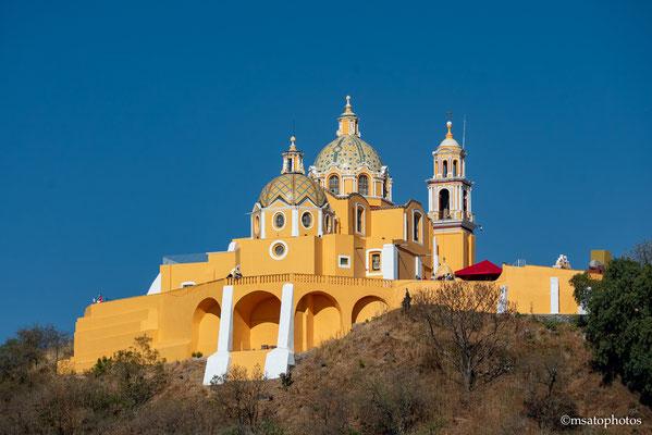 Igreja Nossa Senhora dos Remédios. Construído pelos espanhóis no século XVI, a igreja foi construída no topo de uma colina que na verdade é a pirâmide de Cholula, uma das maiores pirâmide do mundo.