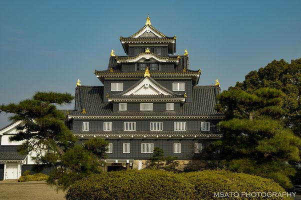 34- Província de OKAYAMA. Castelo de Okayama - Também conhecido como Castelo Corvo pela tonalidade escura das paredes externas, foi construído em 1597, destruído no bombardeio durante a Segunda Guerra Mundial e reconstruído em concreto em 1966.