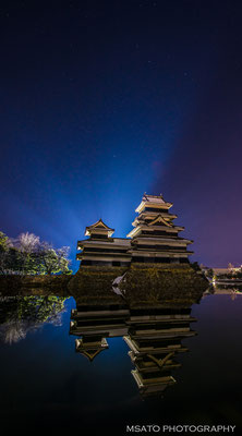 16 - Província de NAGANO. Noite azul e o castelo de Matsumoto. Um dos castelos medievais mais antigos do Japão, construído entre os anos 1593 e 1594, localiza-se na cidade homônima.