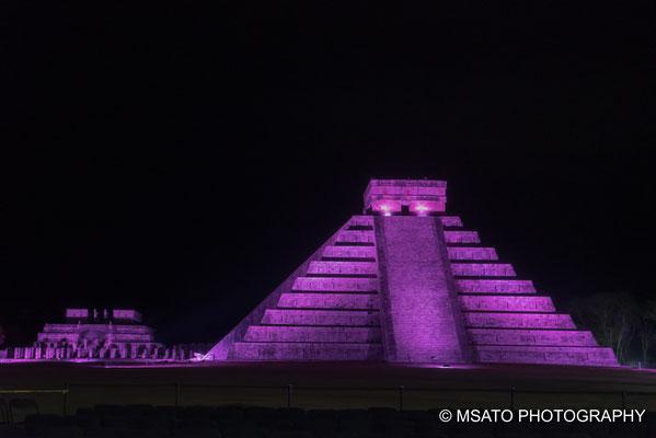MÉXICO - Chichén Itzá. Vista da pirâmide durante a noite, recebendo uma iluminação criando um ambiente místico.