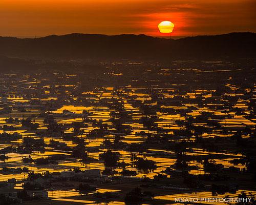 Sol visto em forma de vaso no mar do Japão, na província de Toyama.