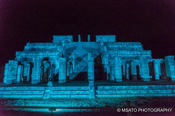 MÉXICO - Chichén Itzá. Vista do templo dos guerreiros durante a noite.