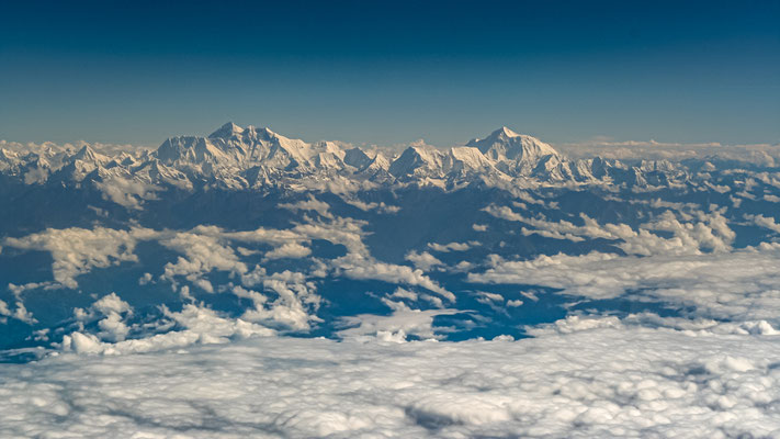 NEPAL Montanhas do Himalaia vistas da janela de um avião comercial.
