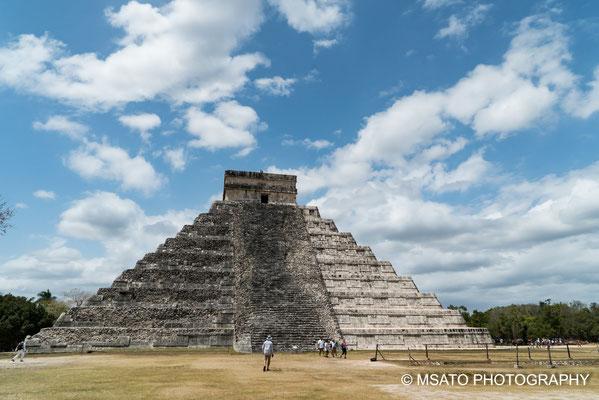 MÉXICO - Chichén Itzá. Vista da pirâmide durante um dia ensolarado.
