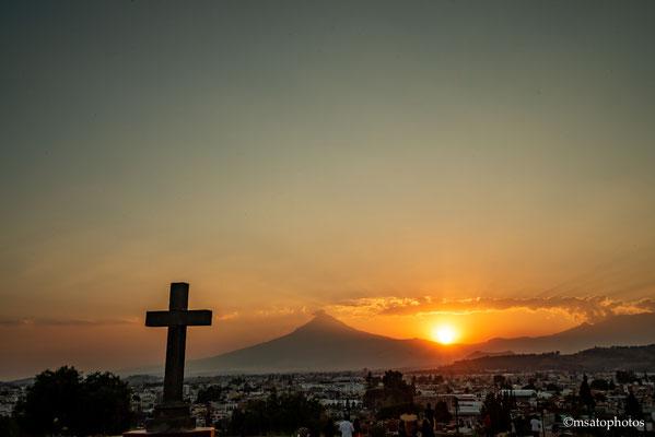 Por do sol na cidade de Cholula do páteo da igreja Nossa Senhora dos Remédios.