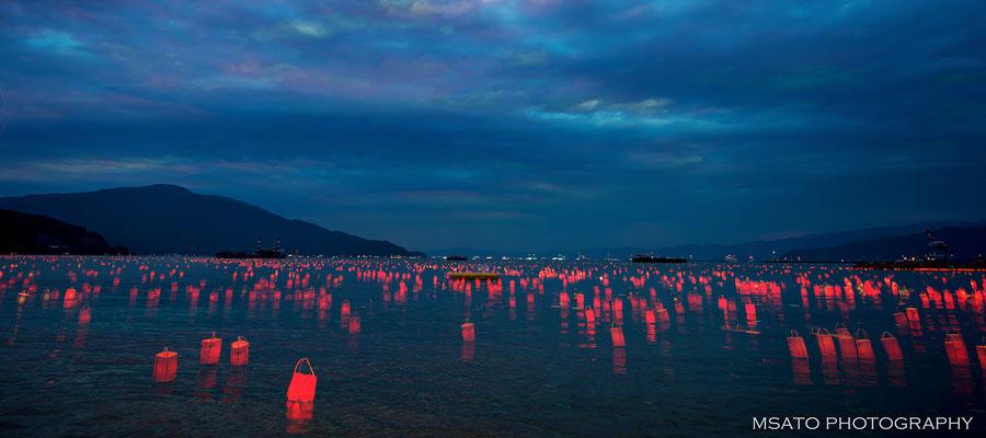 20 - Província de FUKUI. Toro nagashi na cidade Tsuruga. Evento que ocorre anualmente no mar do Japão  e consiste em soltar pequenas lanternas com velas nas ondas do mar.