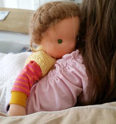 Mila wird ganz arg lieb gekuschelt bei Ihrer Ankunft im neuen Heim...