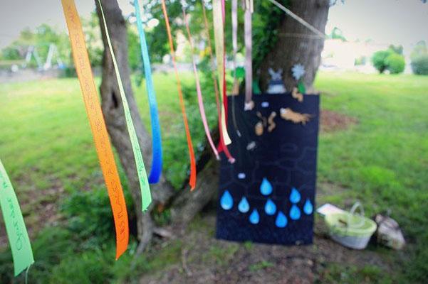 les rubans et une vue sur le matériel pédago-ludique de la mini-conférence