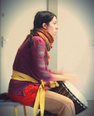 Sarah, percussionniste, venue exceptionnellement et gracieusement à l'atelier de danse primitive