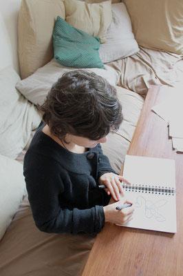 """Fanny dessine les formes des personnages de la """"non-conférence"""""""