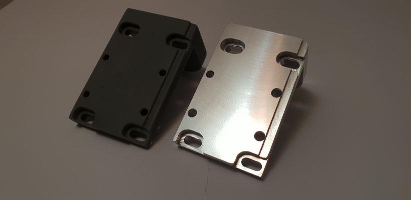 Die Unterseite der beiden Motorböcke im direkten Vergleich. SLA-Druck liefert ein mattes Finish, wogegen die aus 7075 T6 Aluminium gefräste Variante eine spiegelähnliche Oberfläche liefert