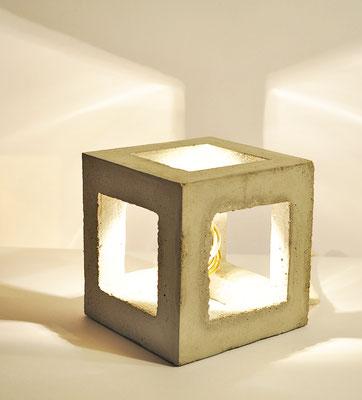 CUBIC_ Tischlampe_ Offener Würfel_ 15cm x 15cm x 15cm_ Goldverspiegelte Glühbirne 25W_ Leinentextilkabel 1,50m_ Preis: 130€