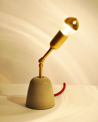 C-3PO Tischlampe_ Messingarm schwenkbar_ 28cm x 8cm x 8cm_ Goldverspiegelte Glühbirne 25W_  Bordeauxrotes Textilkabel_  Preis: 80€