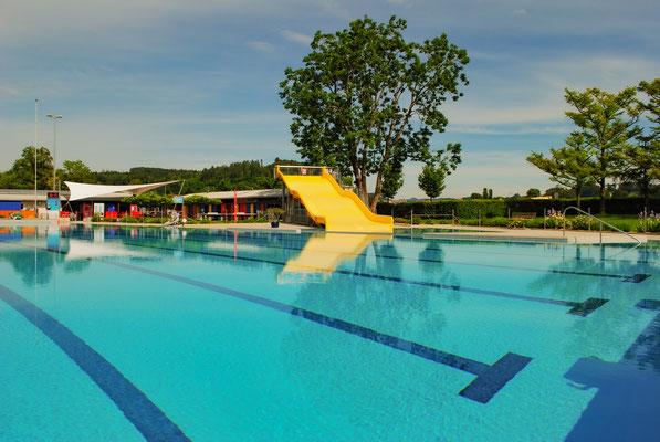 Schwimmbecken & Rutschbahn
