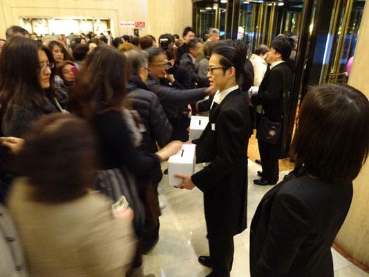 募金箱を持った反田さんの周りにたくさんの人が集まりました