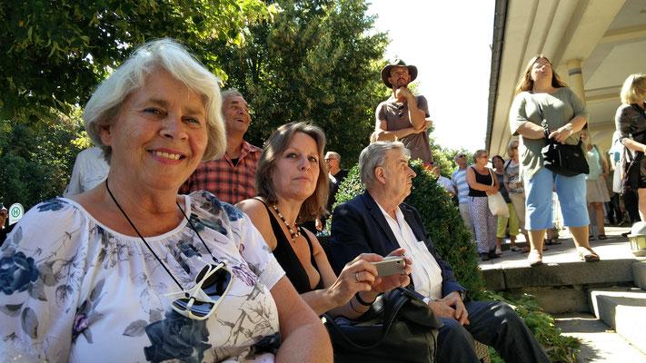 In der ersten Reihe: Gerda Ziadak (Zeitzeugin), Petra Michel (Politikerin), Klaus Neuhöfer (Hauptstifter der Elvis-Gedenkplatte) Foto: Beatrix van Ooyen, 16.08.2016