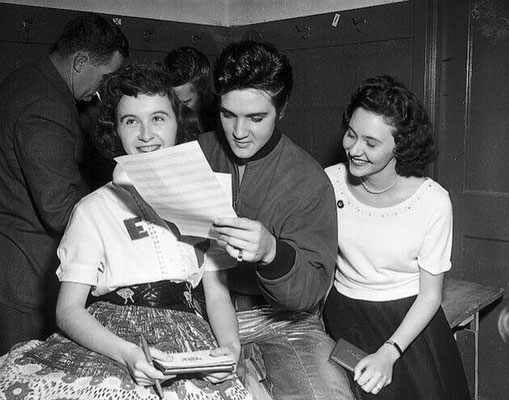 Elvis Early Years - Elvis With Fans Backstage April 2nd 1957 - gepostet vom ELVIS TEAM BERLIN - April 2nd 2015