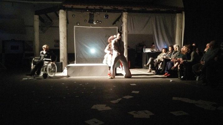 Elvis unternimmt den ersten Schritt auf die Bühne, Foto: Beatrix van Ooyen