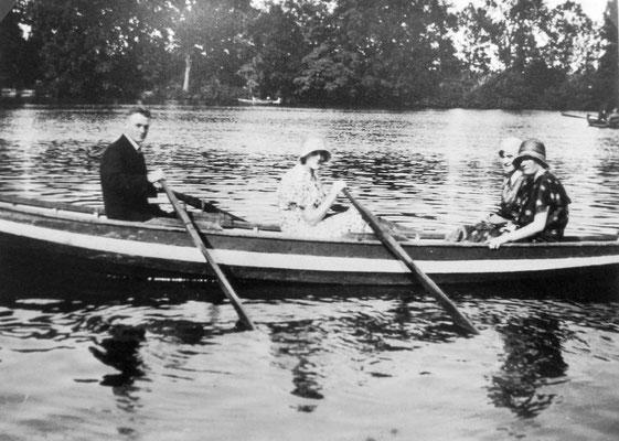 Bootsfahrt auf dem Teich, Sammlung Marie-Luise Matla, geb. JOHN, Digital im ONLINE-MUSEUM BAD NAUHEIM