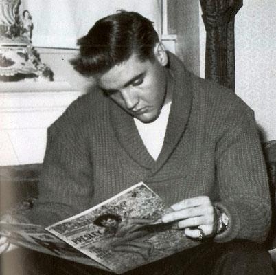 Elvis sitzt auf dem Sofa im Hotel Grunewald unter den goldgerahmten Rokoko-Bildern, Sammlung Museum Bad Nauheim